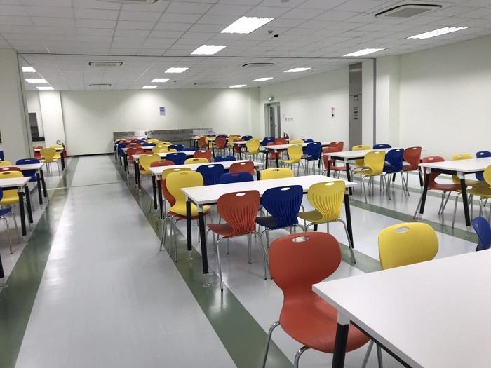 Lựa chọn chất liệu bàn ăn công nghiệp cho canteen trường học 1